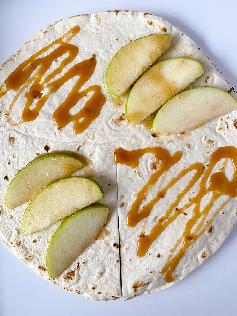 The apple and caramel on the tortilla